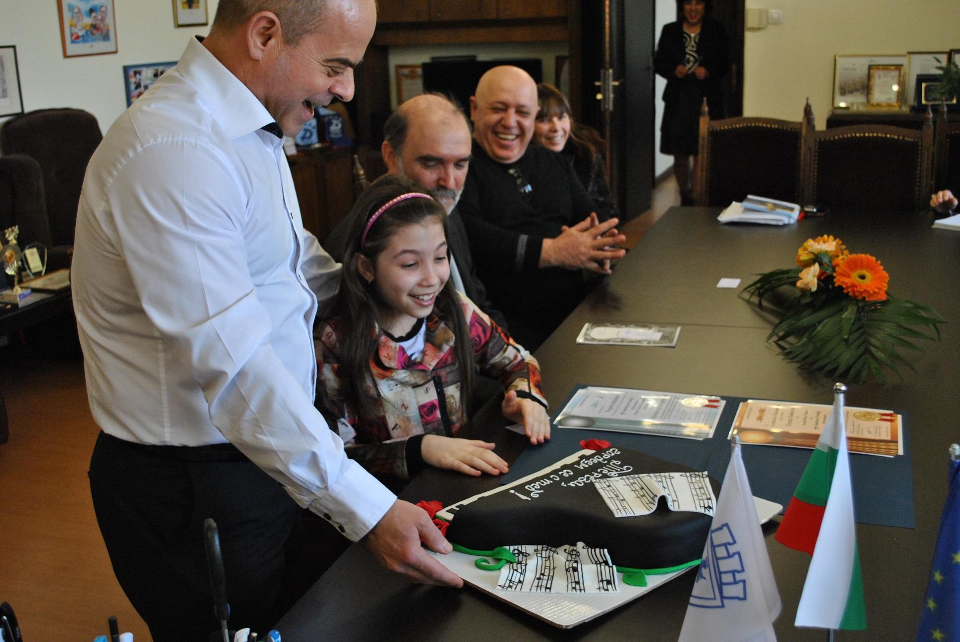 Тереза Тодорова получи торта от кмета и неговия екип