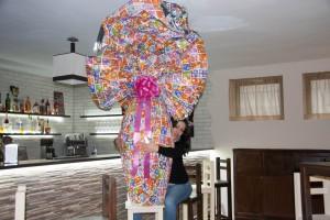 Нина Иванова е прегърнала огромното шоколадово яйце, с което ще се раздели на 5 април