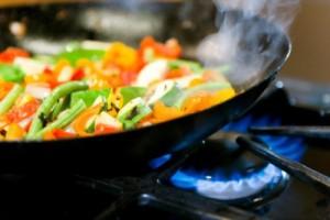 Хранителните експерти предлагат и друг начин за приготвяне на здравословна храна - в по-малък тиган или в уок.