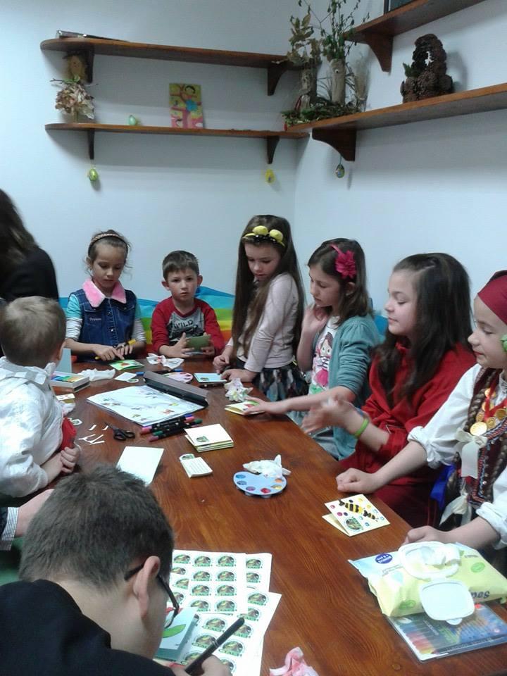 Деца се забавляват и направляват играта