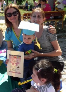 Диана Минкова/вляво/  с най-добрия си ученик и неговата майка по време на  парти за Деня на детето