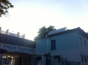 """В началото на този месец общинското предприятие """"Спортни имоти"""" постави соларна инсталация за топла вода на Градския стадион."""
