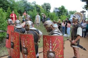 """Римски легионери, поведоха всички желаещи """"по пътя на римските императори"""" и на виното"""