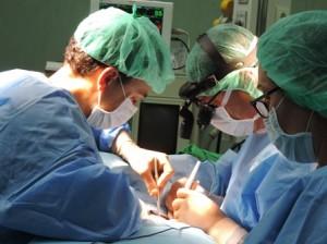"""Сложна съдова реконструкция на сънната артерия на 57-годишен мъж с рак на ларинкса и метастаза в шията извършиха съдовите хирурзи от УМБАЛ """"Софиямед""""."""