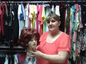 Управителят на магазина Росица Колева е човекът, който консултира хората, търсещи перуки