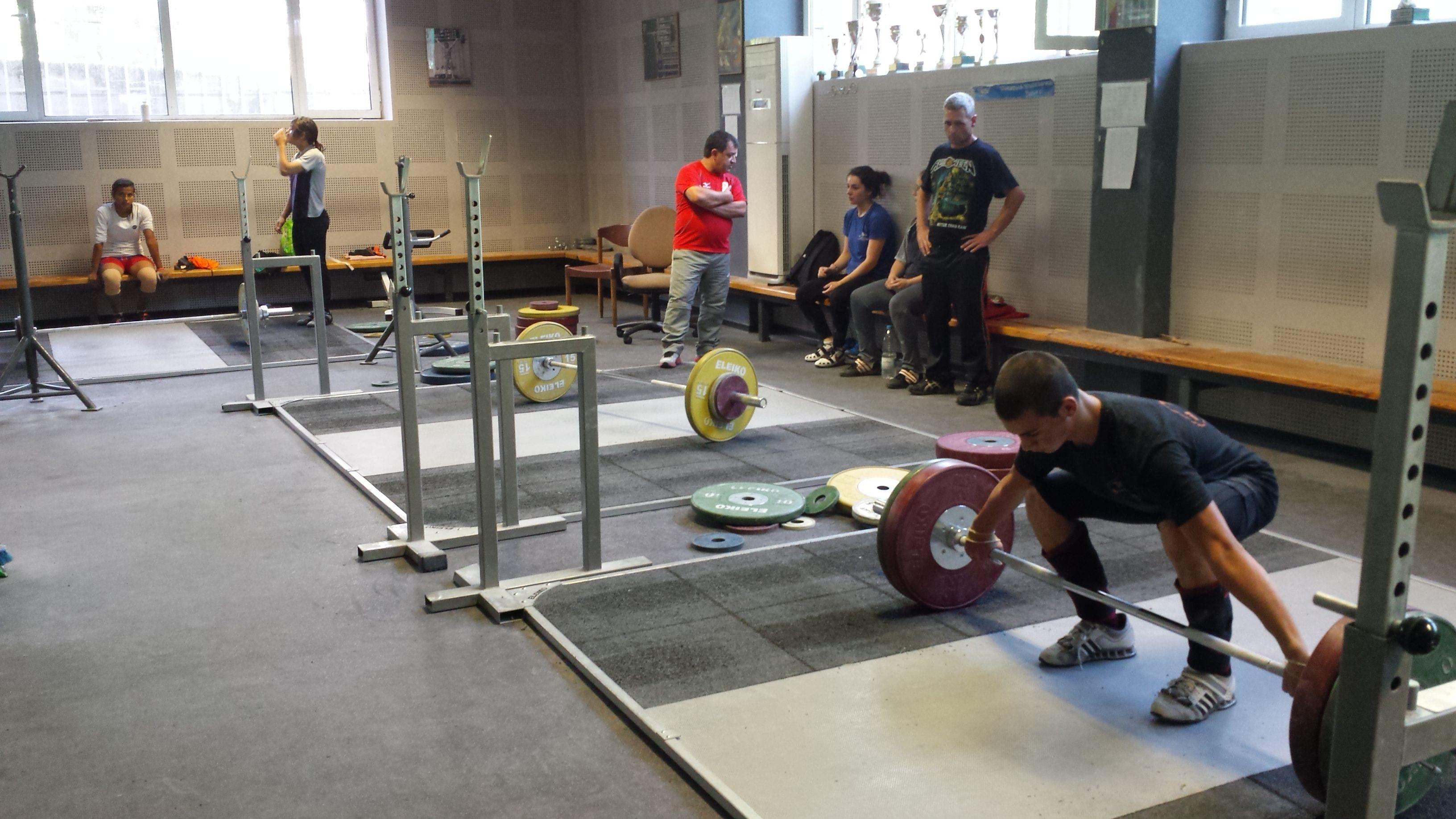 """Трима млади щангисти от Тежкоатлетически спортен клуб """"Русе"""" са включени в националния отбор по вдигане на тежести"""