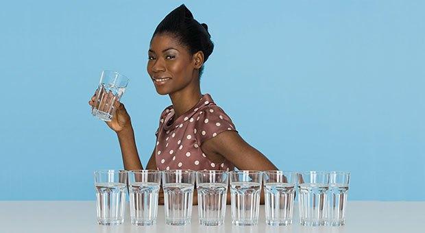 Когато получите мускулни крампи, може да се изкушите да пиете вода, за да облекчите болката.
