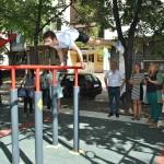 Младежи помпят мускули на нова площадка за стрийт фитнес