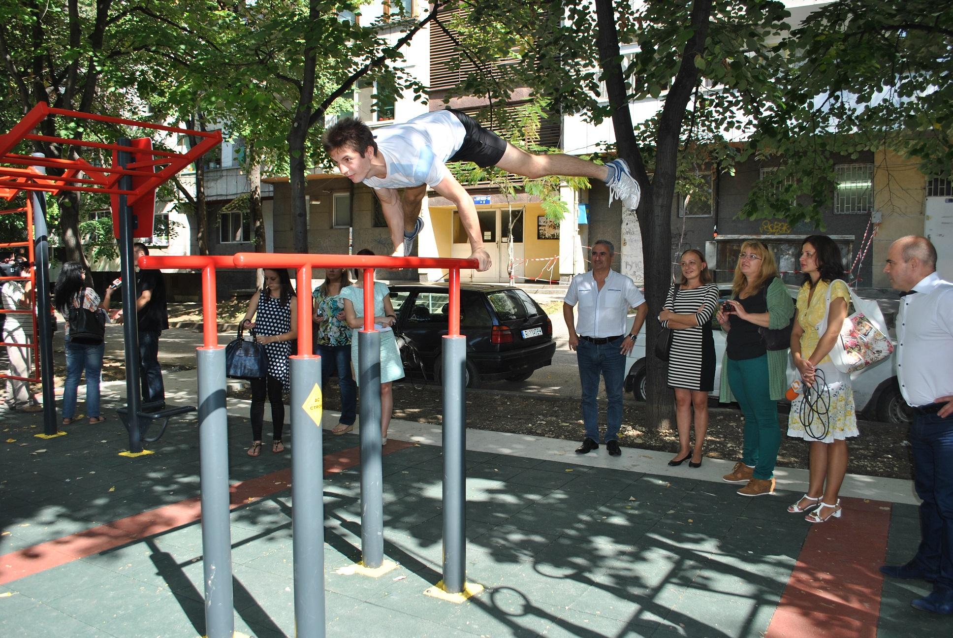 Photo of Младежи помпят мускули на нова площадка за стрийт фитнес