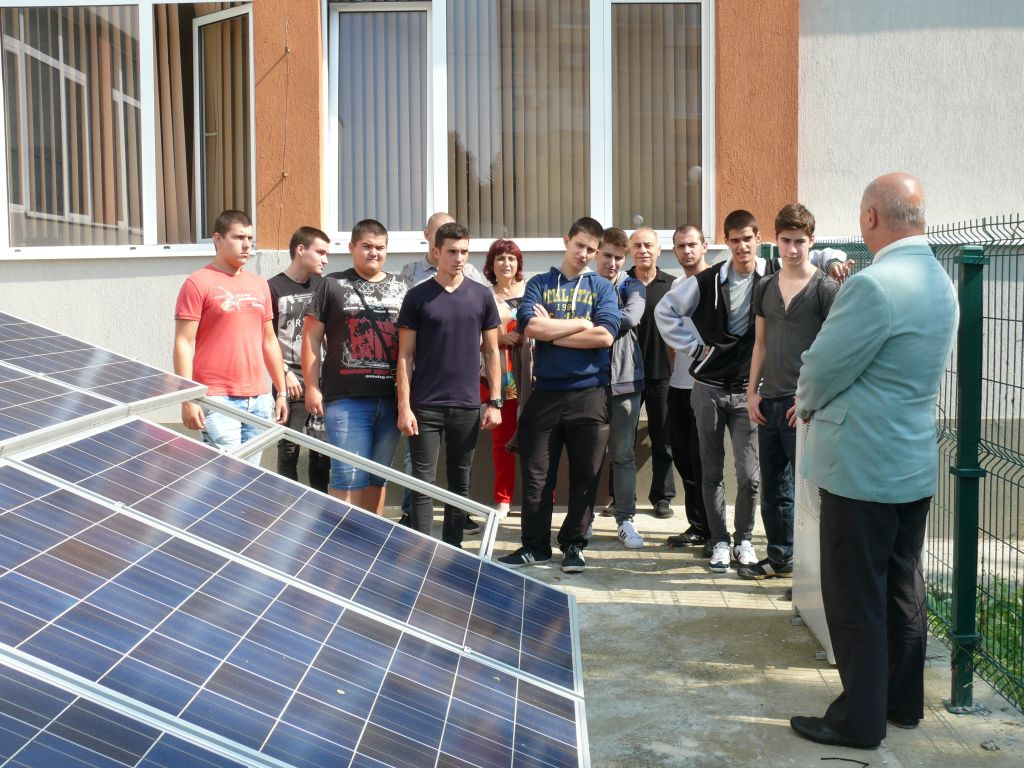 Photo of Ученици наблюдаваха как се измерва нивото на слънчевата радиация в Европейската нощ на учените