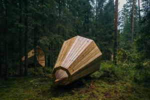 Мегафони са разпръснати в естонската гора
