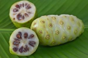 Плодът нони е богат на витамини А и С, витамин В3 (ниацин), минералите желязо, калий, калций и натрий, фитохимикали, лигнани, олиго-и полизахариди.