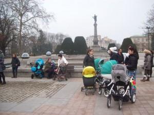 И в Русе майките с малки деца излязоха на националния протест за увеличаване на майчинството и размера на детските надбавки.