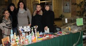 Студенти организираха благотворителен базар за колега
