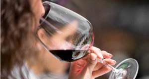 Най-лесният начин да се предпазим от оцветени с червено вино зъби