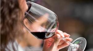 В чест на моята любов към червено вино, ще се спрем на някои от най-добрите трикове, за да поддържате зъбите си диамантено бели, докато се наслаждавате на чаша Каберне.