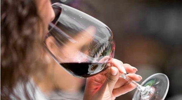 Photo of Най-лесният начин да се предпазим от оцветени с червено вино зъби