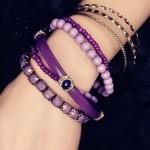 Нова мода в бижутата – позитивни лилави гривни