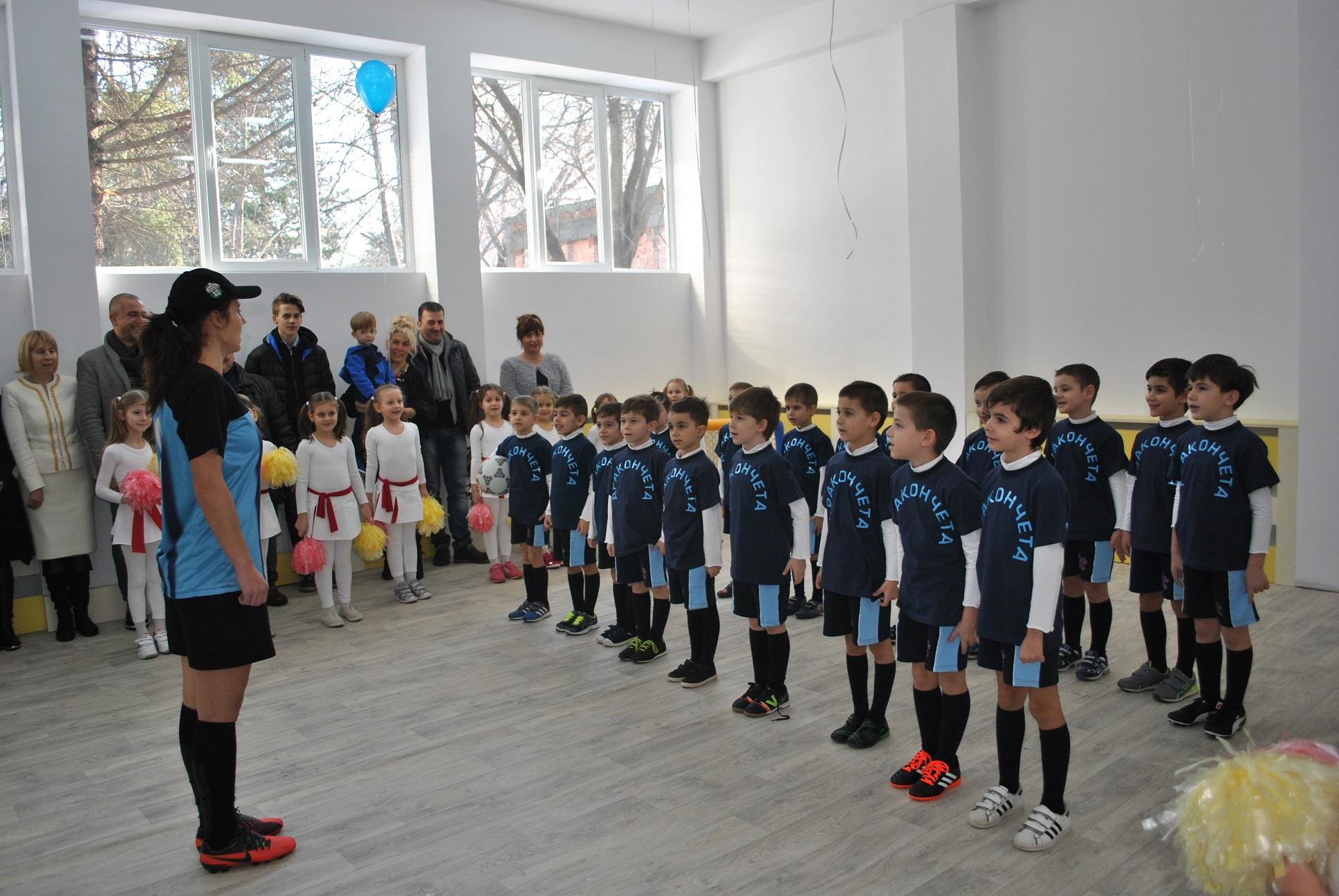 Photo of 80 дракончета тренират футбол в нов физкултурен салон в Русе