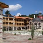 Лековита вода извира от аязмо на манастир край Перник