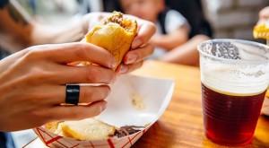 Леката закуска след употреба на алкохол не е необичаен навик.