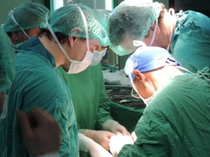 Д-р Любен Стоков по време на операцията.