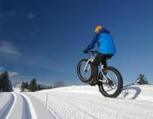 Карането на велосипед в снега може да е забавно