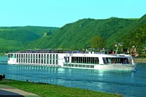"""Корабът """"Елегант Лейди"""" посреща английски туристи с Дунавско хоро."""