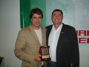 Евгени Игнатов получава плакет от Добромир Карамаринов - председател на Българската федерация по лека атлетика