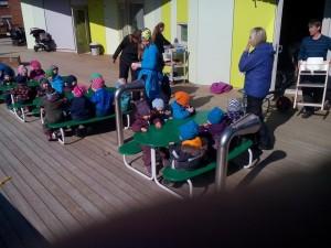 Колкото и да е студено, в детските градини в Норвегия, децата се хранят навън