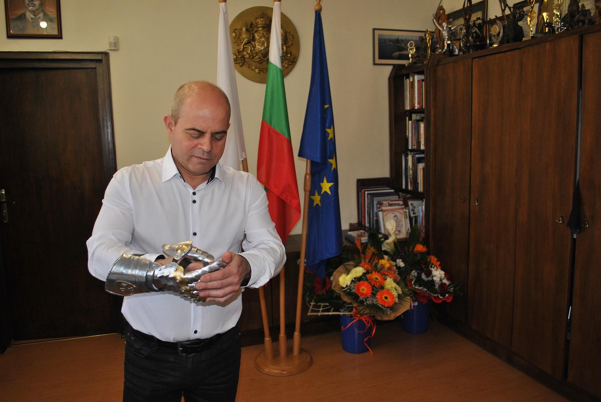 Photo of Рицарска ръкавица за рождения ден на Пламен Стоилов