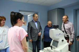 Д-р Кирил Панайотов показва на Цветанов болницата