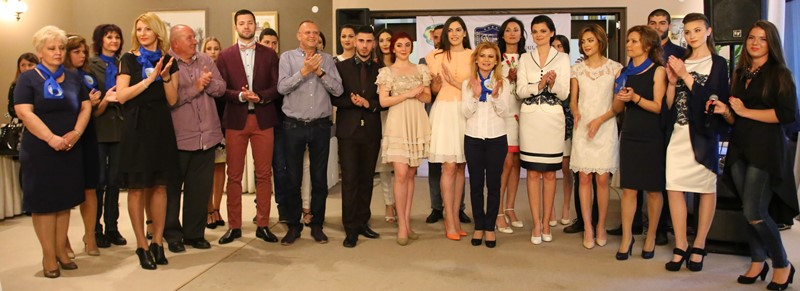Photo of 25 русенски абитуриенти с рокли и костюми от Жени ГЕРБ