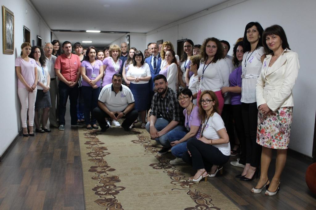 Photo of Държавни служители в бяло и лилаво съпричастни с онкоболните