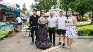 Кметът Пламен Стоилов с тазгодишните двама крале и две кралици