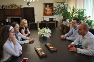 Талантливите сестри се срещнаха с кмета