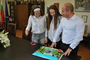 Кметът подари торта на Мирела и Пресияна от Русе
