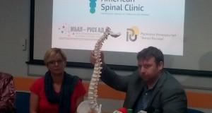Водещ американски хиропрактик  с лекция пред студенти и лекари в Русе