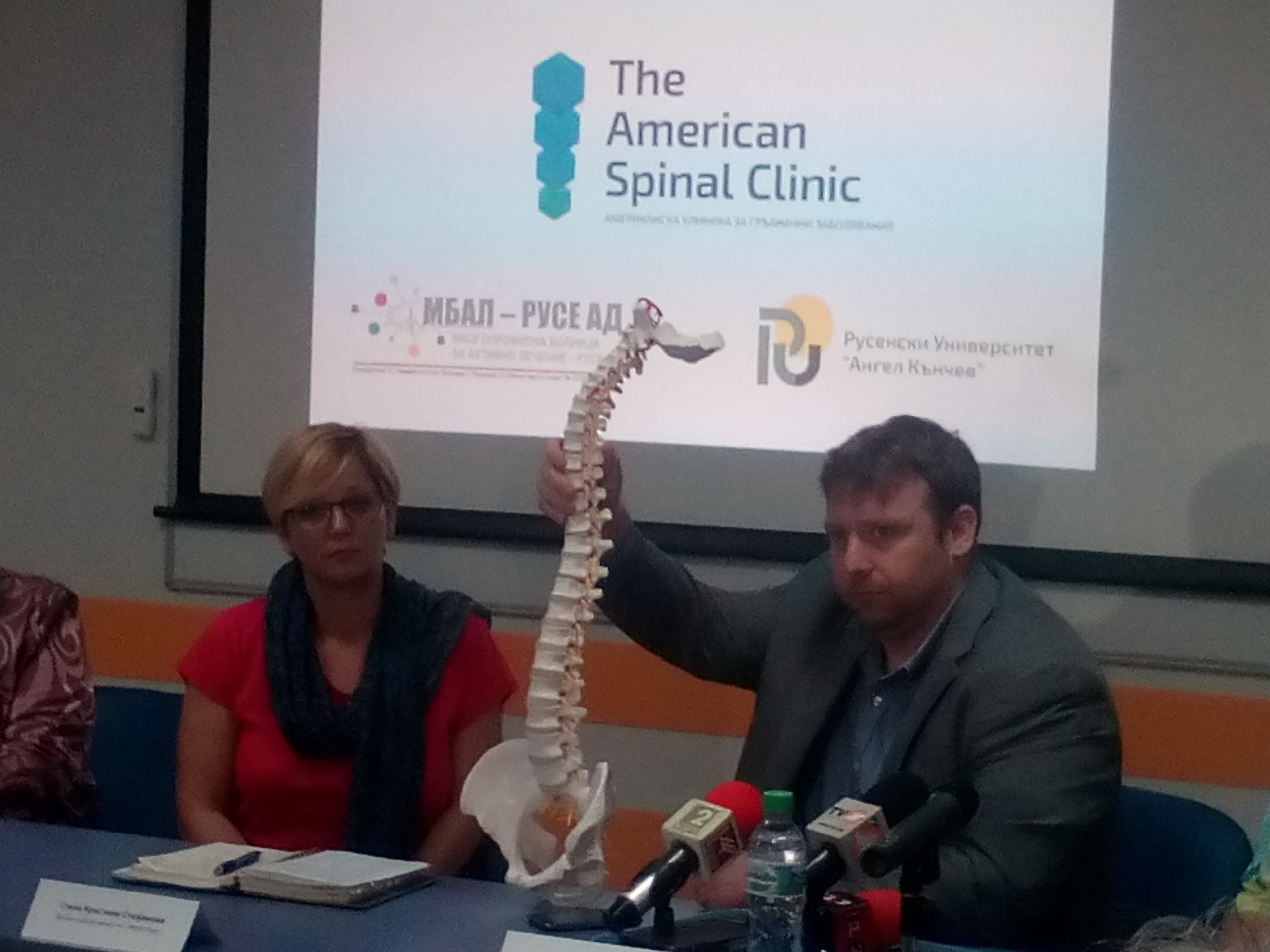 Photo of Водещ американски хиропрактик  с лекция пред студенти и лекари в Русе