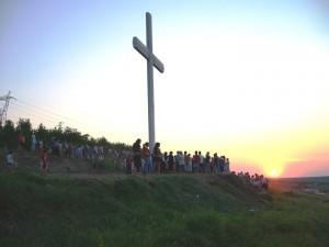 18-метров кръст пази Ценово