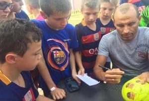 Мартин Петров раздава автографи на българските деца