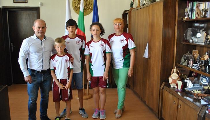 Шампиони от клуба по триатлон на гости при кмета