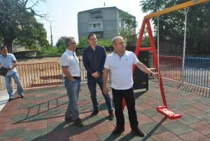 """Нова детска площадка радва децата в """"Тракцията"""""""