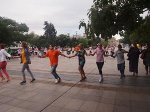 Младежи и случайни минувачи се хванаха на кръшно българско хоро