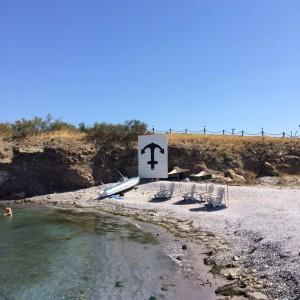 Водата и плажната ивица са кристално чисти