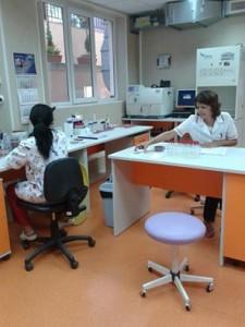 Д-р Йолета Гарванска и колежката й на работните си места в микробиологията