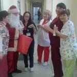 """Дядо Коледа раздаде късмети в лечебни заведения """"Медика"""""""
