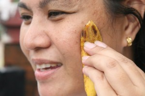 Бананова кора - достатъчно е два пъти на ден да натъркваме лицето или други проблемни участъци с вътрешната мека част на обелката за хубава кожа.