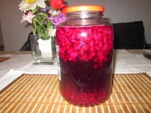 Процесът на ферментация започва при взаимодействието между солта, която добавяме, и захарите, които се съдържат в цвеклото.
