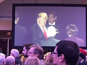 По време на Националната молитвена закуска политиците се срещнаха с Доналд Тръмп